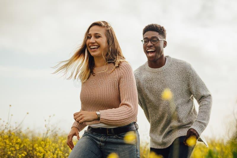 Para bawić się i biega przez łąki zdjęcia royalty free