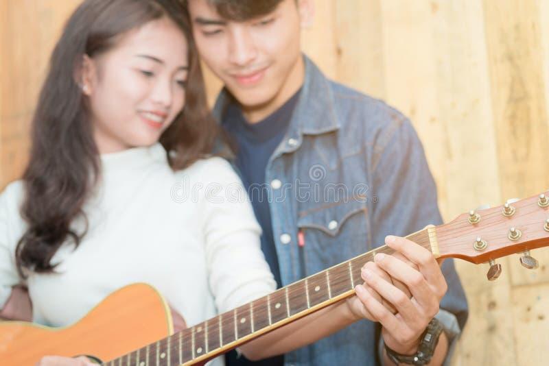 Para bawić się gitarę akustyczną obrazy stock