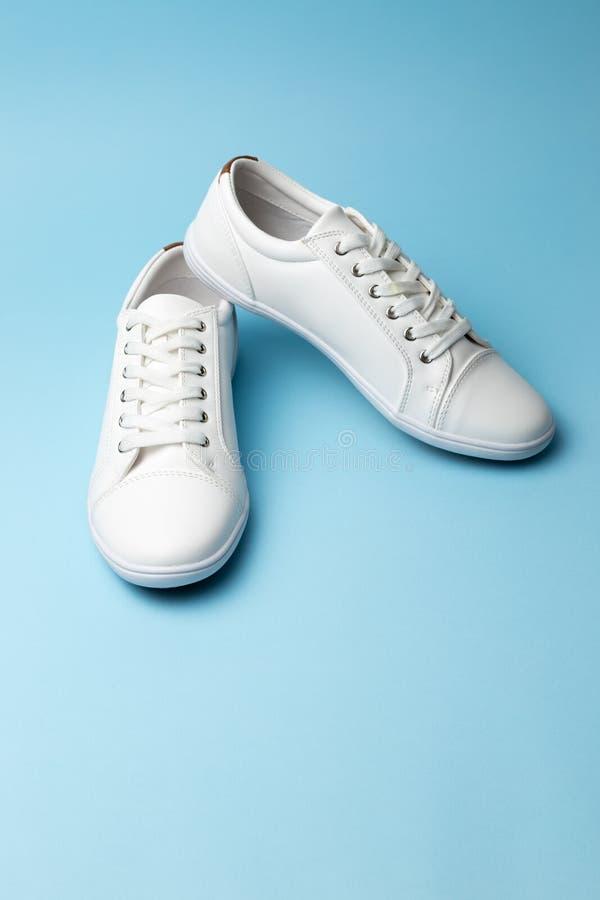 Para biali sneakers na b??kitnym tle Moda magazynu lub blogu poj?cie zdjęcie royalty free