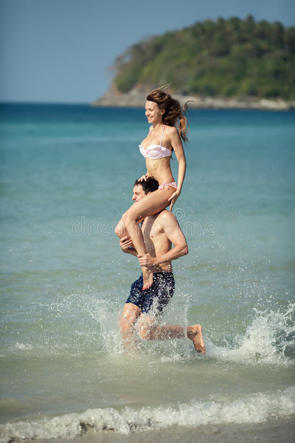 Para bieg na tropikalnej plaży. Wakacje zdjęcie stock