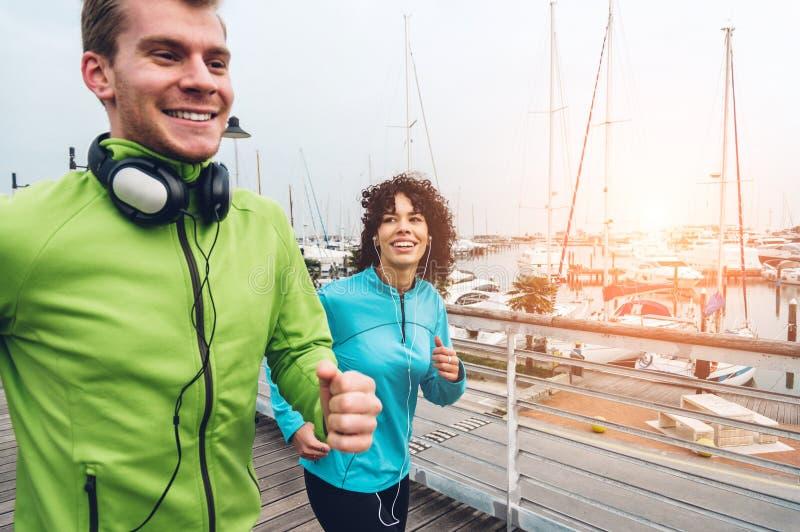 Para biegacze trenuje w mieście w zimie obrazy stock