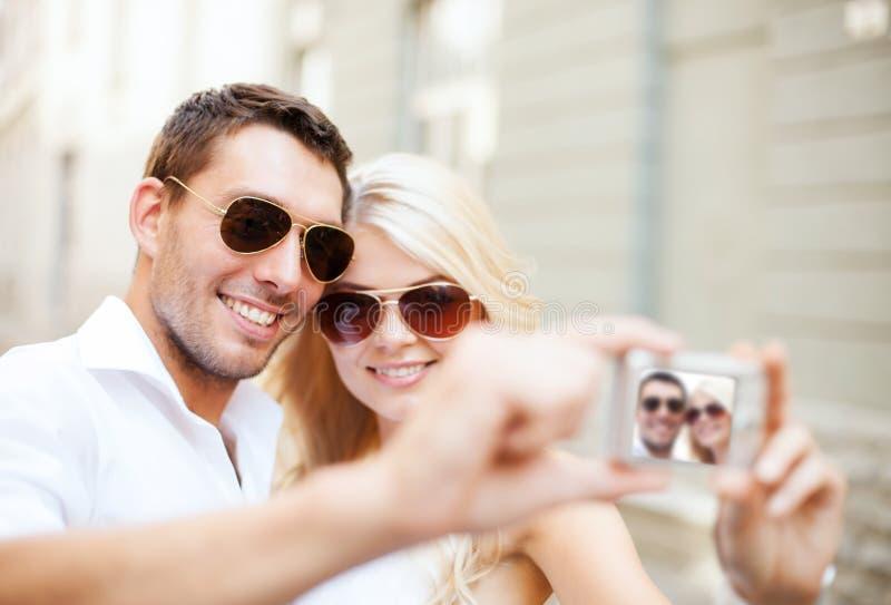 Para bierze fotografię w kawiarni fotografia royalty free