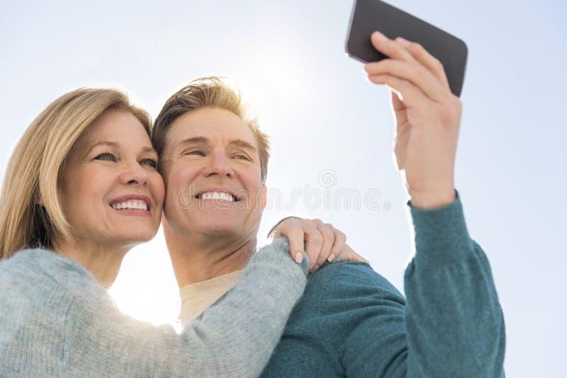 Para Bierze jaźń portret Przez telefonu komórkowego zdjęcie stock
