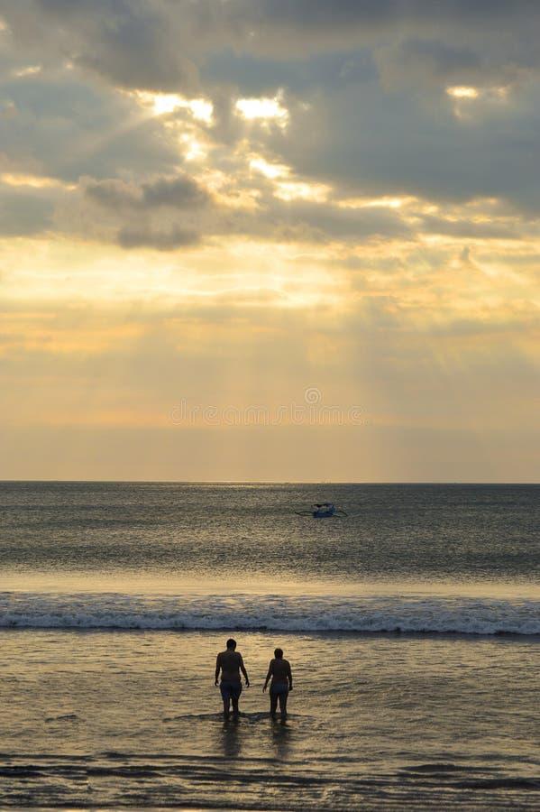 Para Bierze Po raz ostatni upad przy zmierzchem na Kuta plaży obraz stock