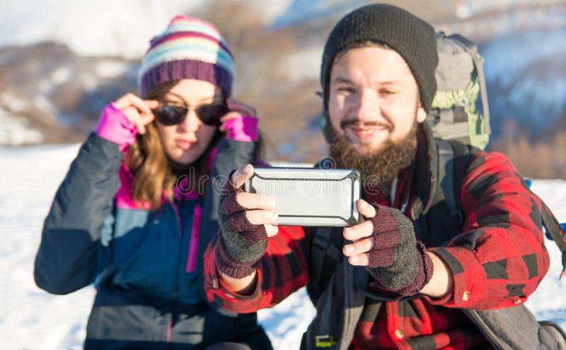 Para bierze selfie na zimie wycieczkuje wycieczkę zdjęcia stock