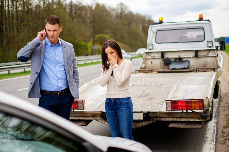 Para blisko łamający samochód na poboczu obraz royalty free