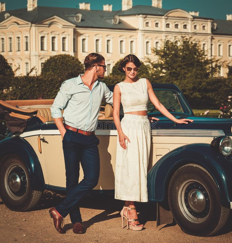 Para blisko klasycznego kabrioletu fotografia royalty free