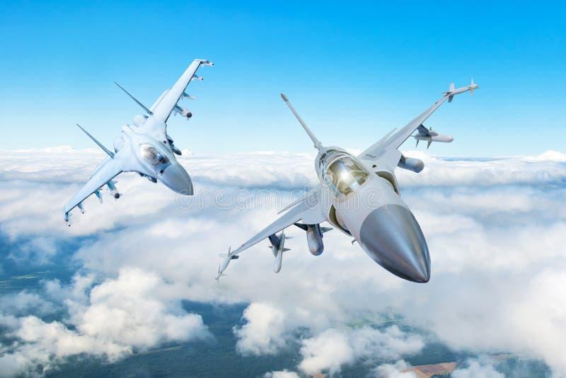 Para bojowy myśliwiec na misi wojskowej z broniami - rakiety, bomby, bronie na skrzydłach latają wysoko w niebie nad c fotografia stock