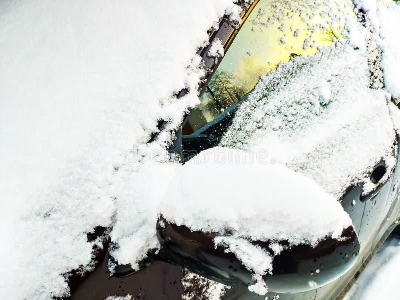 Para-brisa coberto de neve, janela lateral e espelho retrovisor esquerdo fotografia de stock