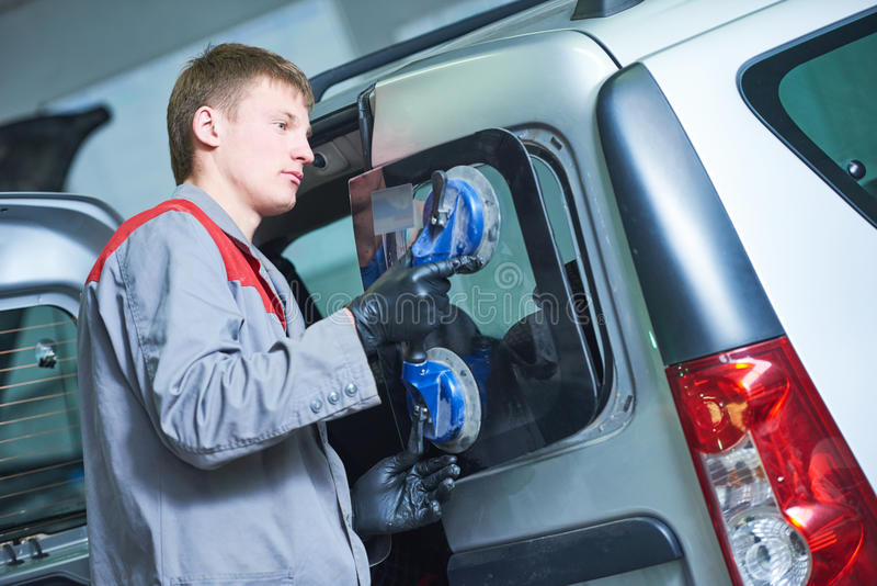 Para-brisa do automóvel ou substituição do pára-brisas foto de stock