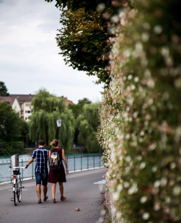 Para budzi się blisko rzeki w Thun zdjęcie stock