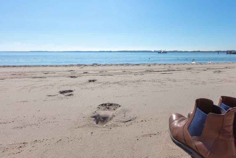 para buty stoi na plaży obrazy royalty free