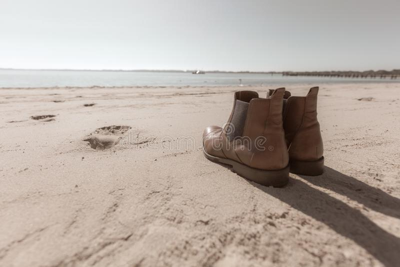 para buty stoi na plaży zdjęcie royalty free