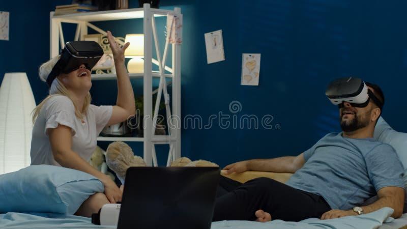 Para chłodzi na łóżku w VR szkłach zdjęcie royalty free