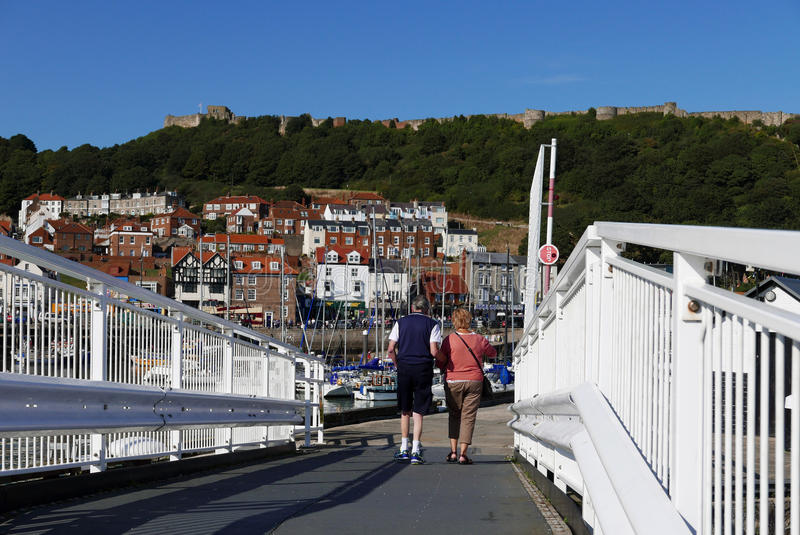 Para chodzi nad mostem obrazy royalty free