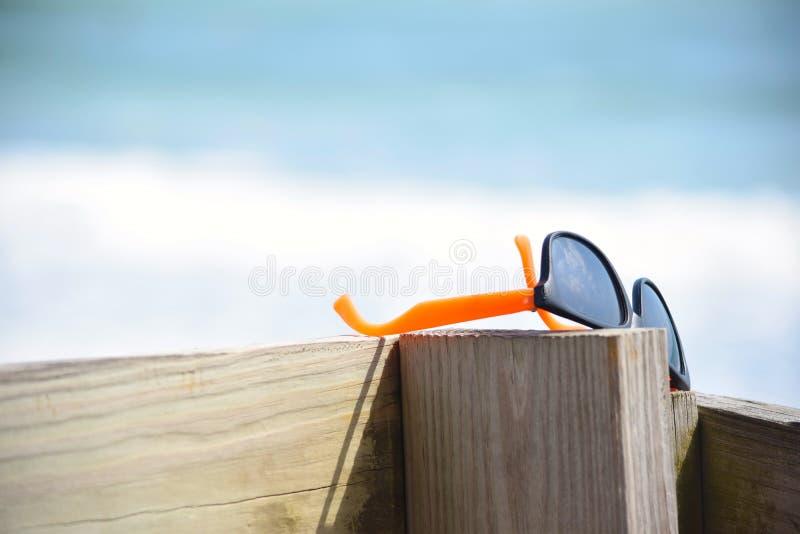 Para cienie Opuszczać na Plażowym Boardwalk obraz royalty free