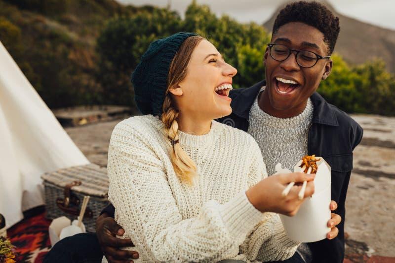 Para cieszy się outdoors na pinkinie zdjęcie stock