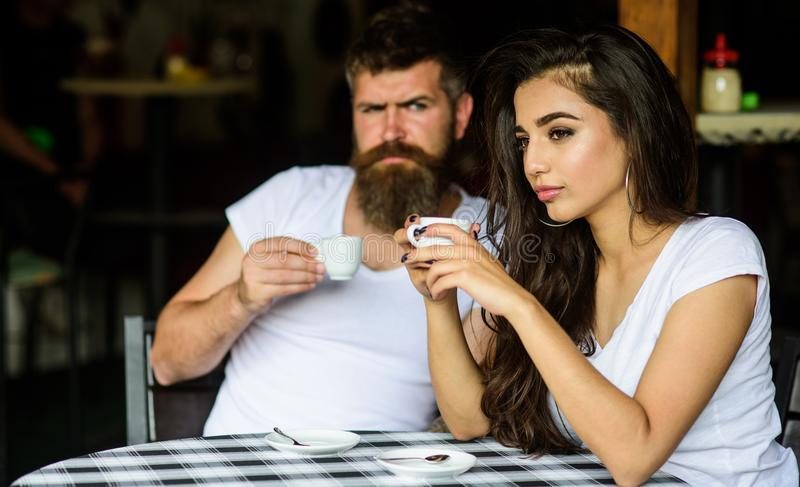 Para cieszy się gorącą kawę espresso Para napoju czerni kawy espresso kawa w kawiarni Mieć czarną filiżankę kawy gdy odczucie spr obraz stock