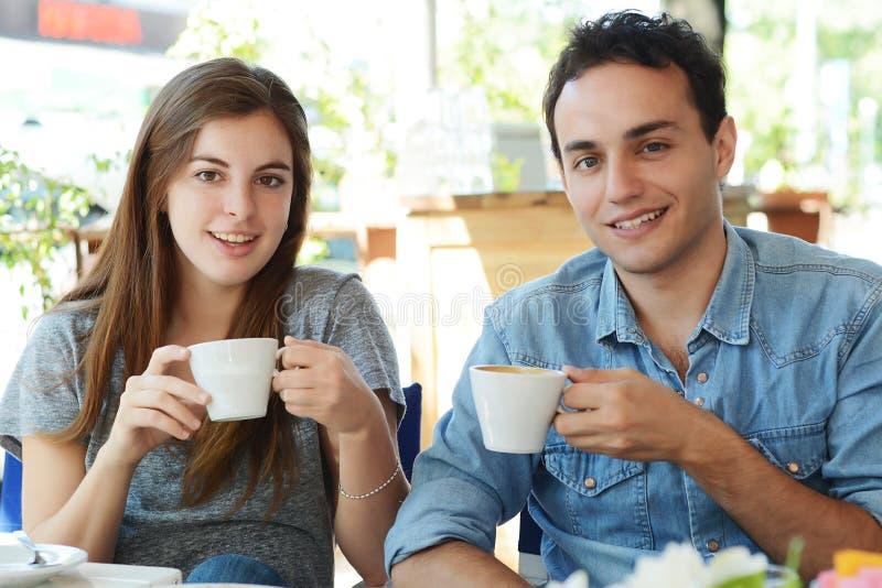 Para cieszy się kawę przy sklep z kawą zdjęcia royalty free