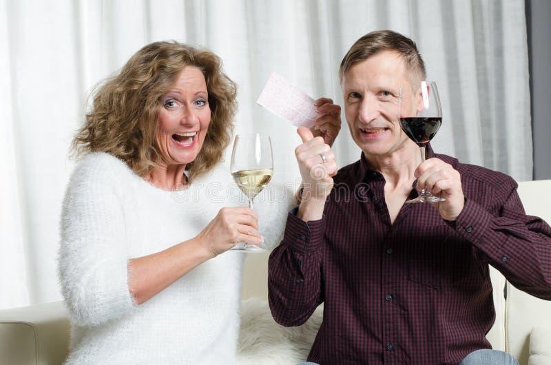 Para cieszy się loteryjną wygranę fotografia stock