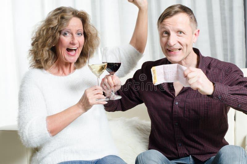 Para cieszy się loteryjną wygranę obrazy royalty free