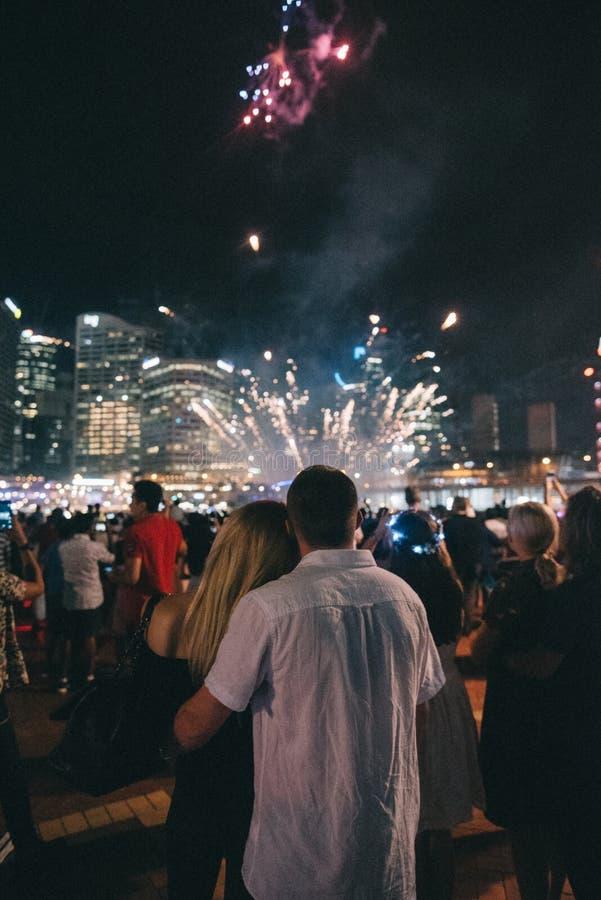 Para cieszy się pięknych fajerwerki przy festiwalem fotografia royalty free
