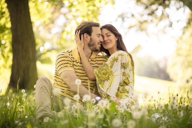 Para cieszy się w naturze obraz royalty free