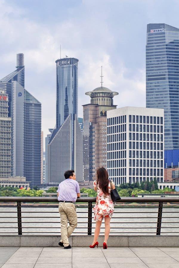 Para cieszy się widok na Bund bulwarze, Szanghaj, Chiny zdjęcie stock