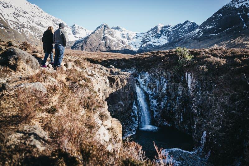 Para cieszy się widok na pięknych Czarodziejskich basenach na wyspie Skye, Szkocja zdjęcie royalty free