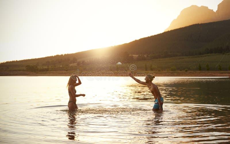 Para Cieszy się wieczór pływanie W Wieś jeziorze obrazy stock