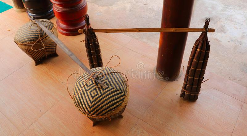 Para crated bambusowi kosze i drzewna żywica pochodnia wtyka kłaść na ziemi zdjęcia stock