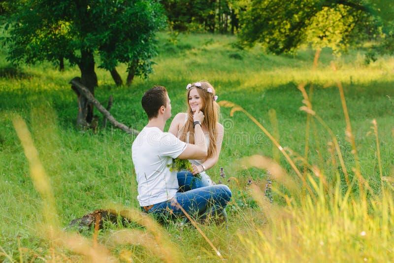 Para cuddling w zielonym terenie obraz stock