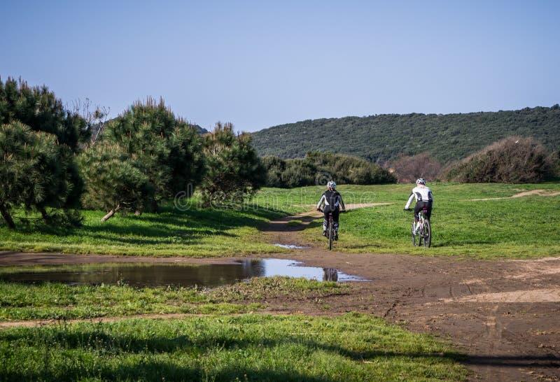 Para cyklistów cacross łąka zdjęcie royalty free