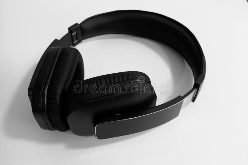Para czarnego ucho bezprzewodowi hełmofony na białym tle zdjęcia stock