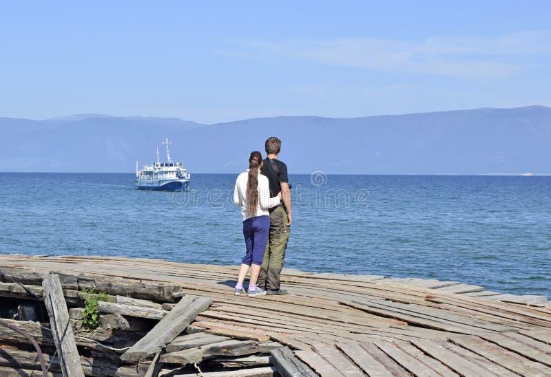 Para czeka statek na molu na jeziornym Baikal zdjęcie stock