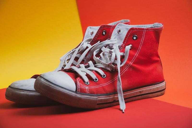 Para czerwień używał sneakers na kolorowym tle, widok od strony zdjęcie royalty free