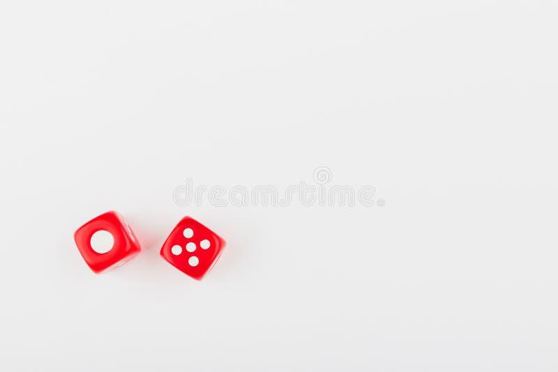 Para czerwone kostki do gry na lekkim tle fotografia royalty free