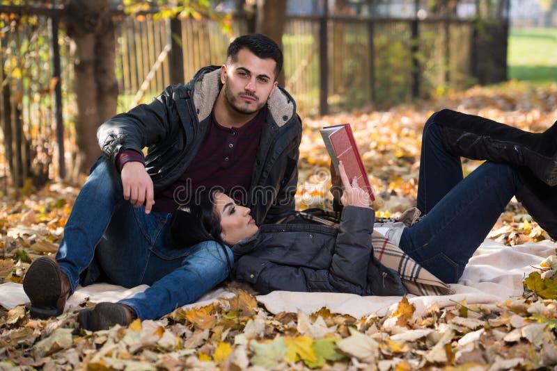 Para Czyta książkę Podczas jesieni obrazy stock