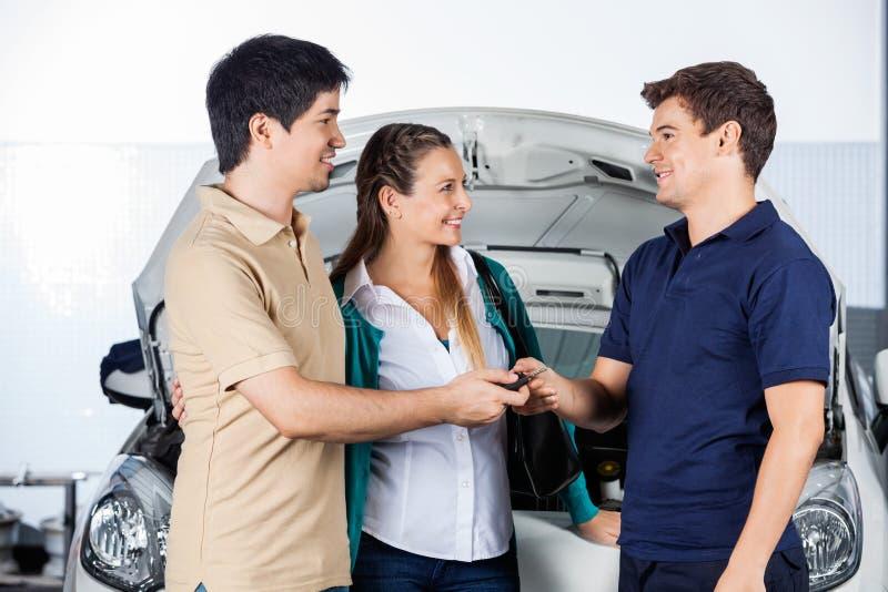 Para Daje samochodów kluczom mechanik fotografia royalty free