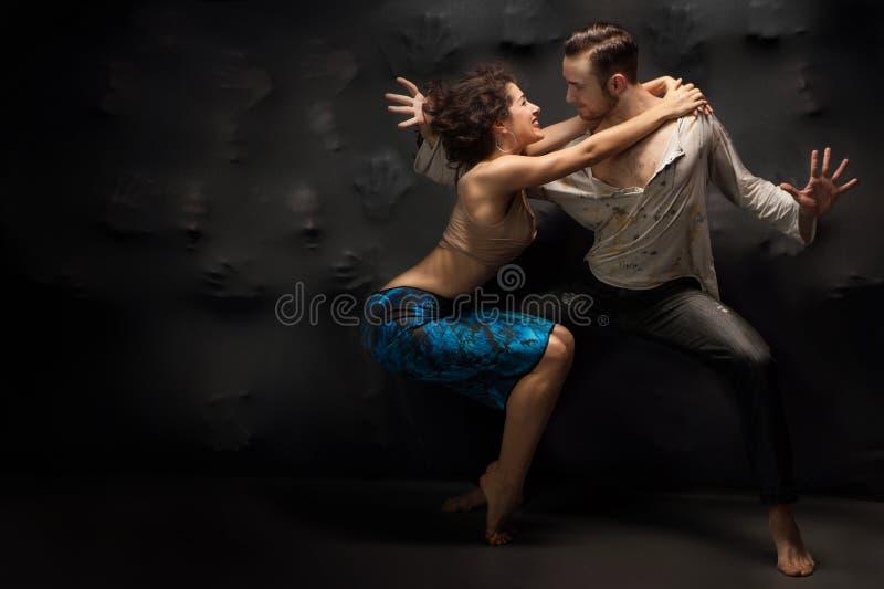 Para dancingowy rówieśnik nad tłem duszy fotografia stock