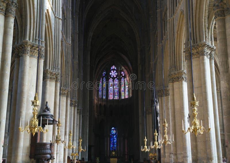 Para dentro da catedral de Notre-Dame ou de nossa senhora de Reims em Reims, França imagem de stock