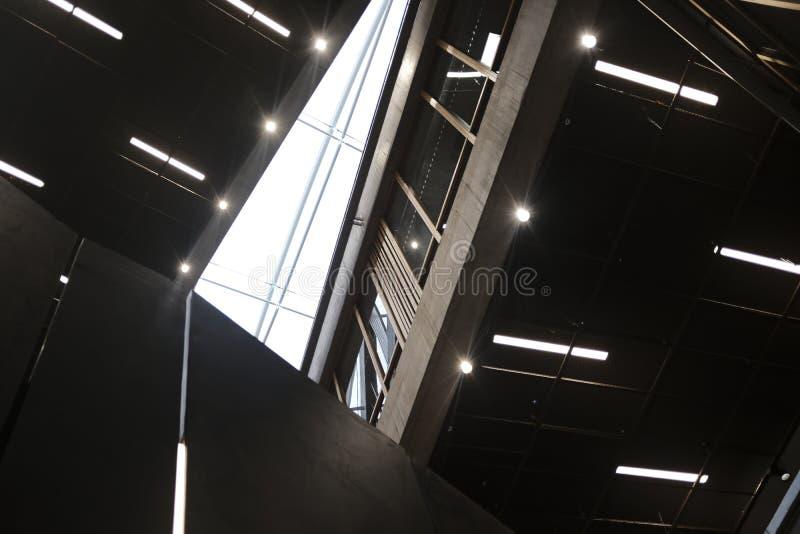 Para dentro da construção do centro de negócios fotos de stock royalty free