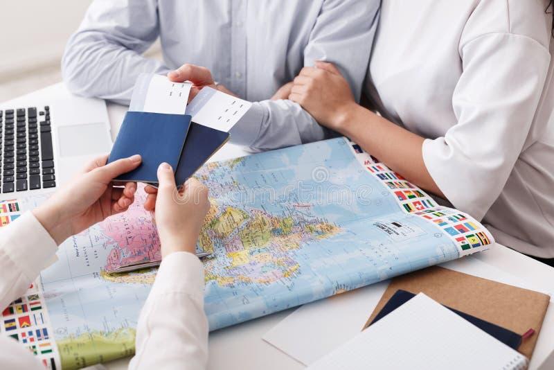 Para dostaje paszporty i bilety w agencji podróży obrazy stock