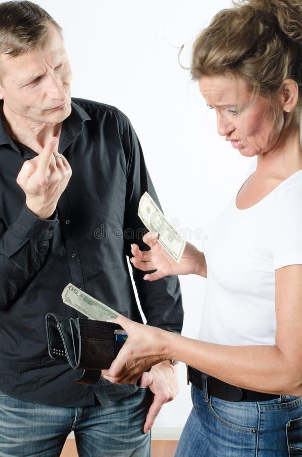 Para dyskutuje o pieniądze w portflu obraz stock