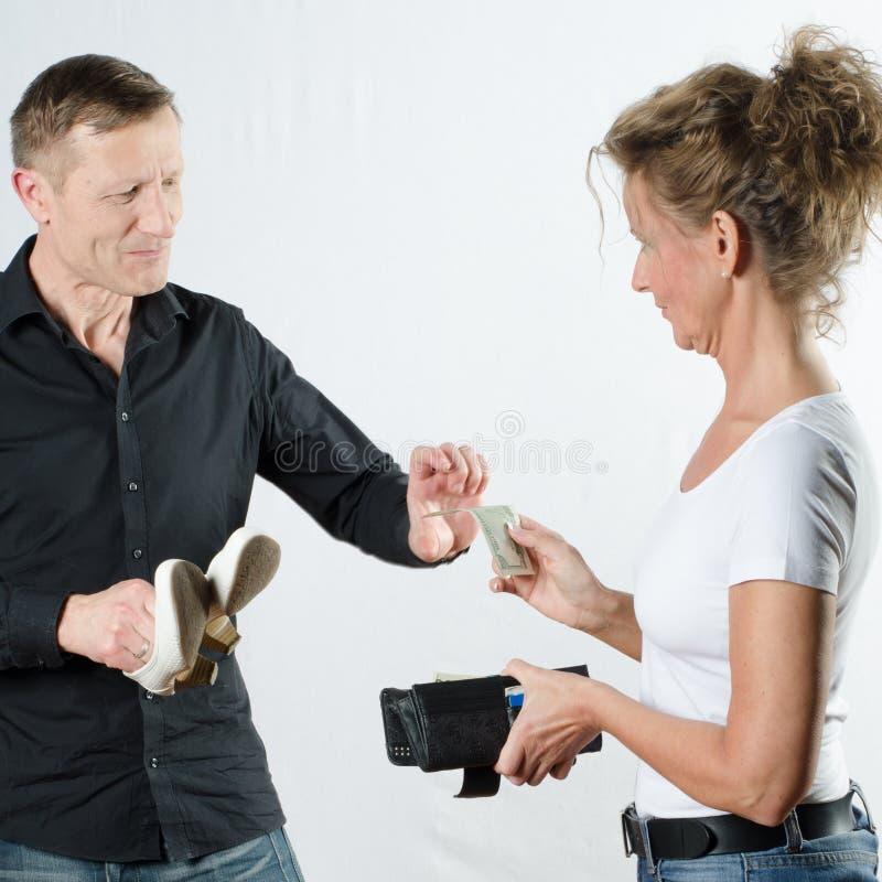 Para dyskutuje o pieniądze w portflu obrazy royalty free