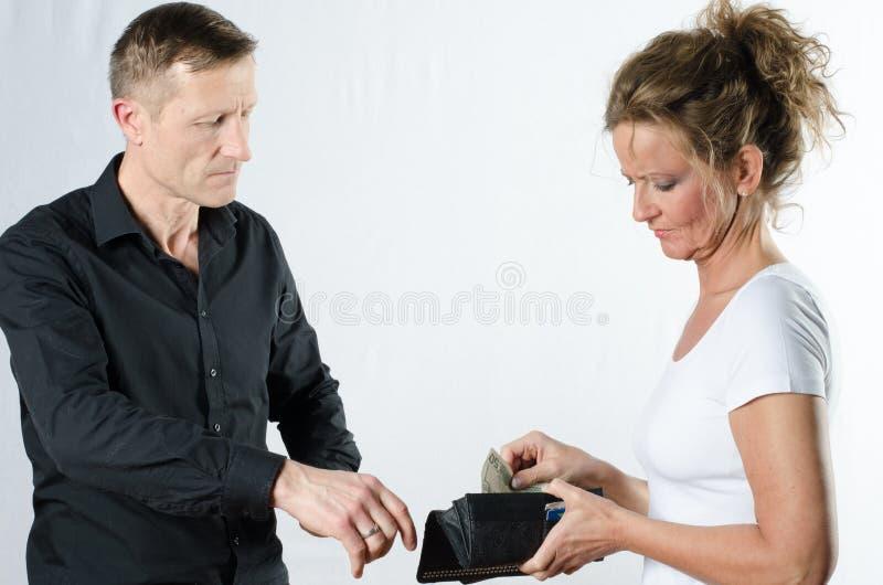 Para dyskutuje o pieniądze w portflu zdjęcie royalty free