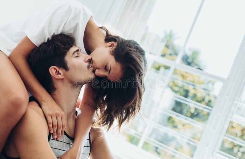 Para dzieli nami?tnego buziaka zdjęcie stock