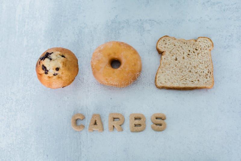Para el desayuno se puede elegir entre un moffin, un donut de nuez o un pan imagen de archivo libre de regalías
