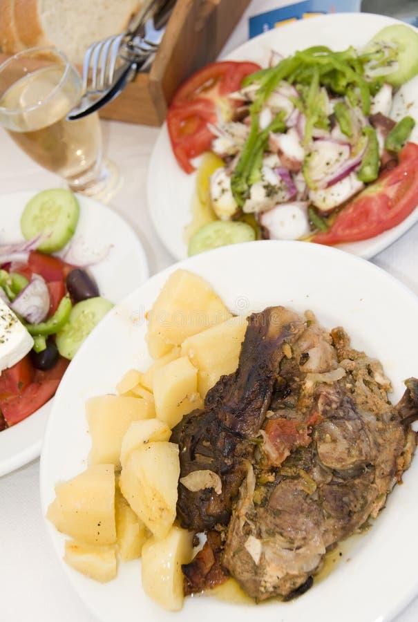 Para en el alimento griego de papel del taverna de la isla fotografía de archivo libre de regalías