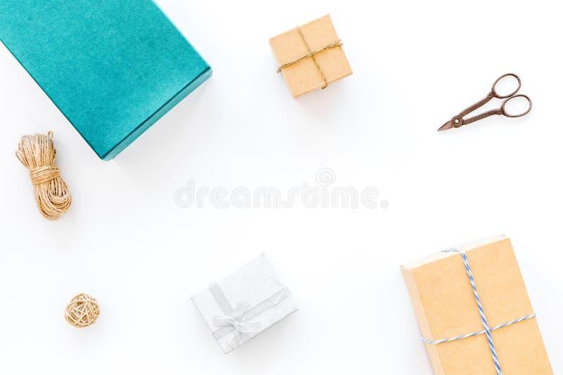 Para envolver o presente Caixas, papel de embalagem, cabo fino, sciccors no copyspace branco da opinião superior do fundo imagem de stock royalty free
